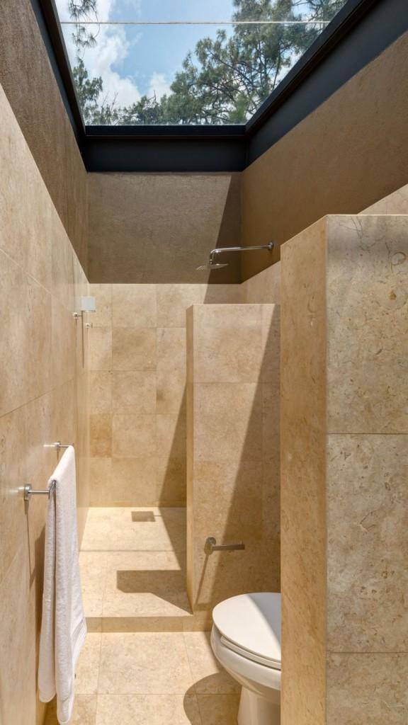 Una interesante ducha con techo de cristal.