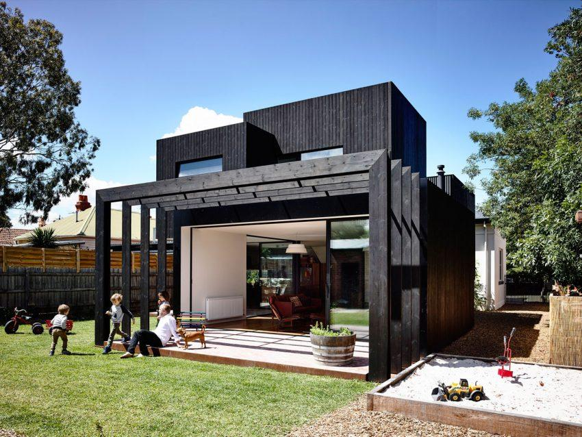 La fachada trasera de esta casa, radicalmente distinta a la principal.