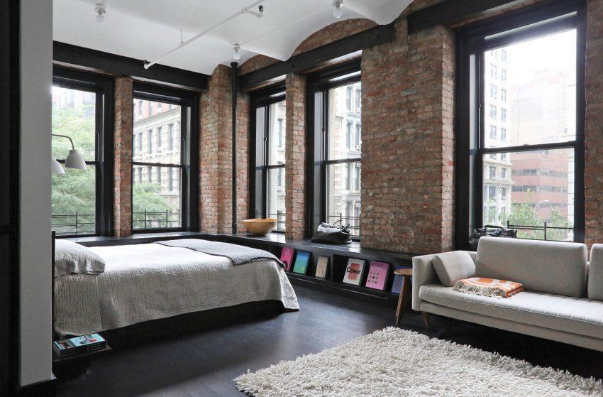 Con unos ventanales, que la inundan de luz vemos el amplio dormitorio.
