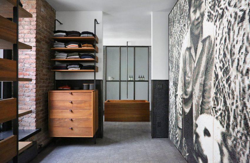 De metal y madera son los estantes y los cajones del amplio vestidor.