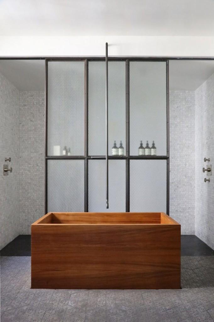 Las paredes de la zona de ducha, están cubiertas de gresite en tonos claros.