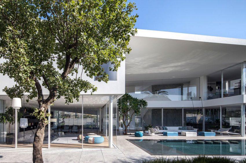 La piscina crea interesantes reflejos en el techo del gran átrio.