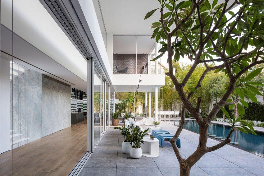 El cristal, es uno de los elementos principales en el diseño de esta casa.