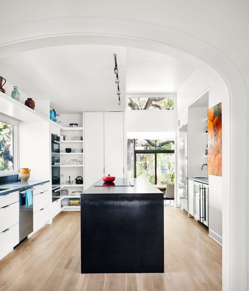 Blanco y negro son los tonos del mobiliario de esta cocina.