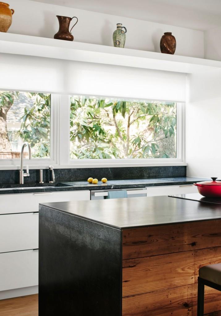 Este diseño de isla, crea un fuerte contraste con el resto de la cocina.