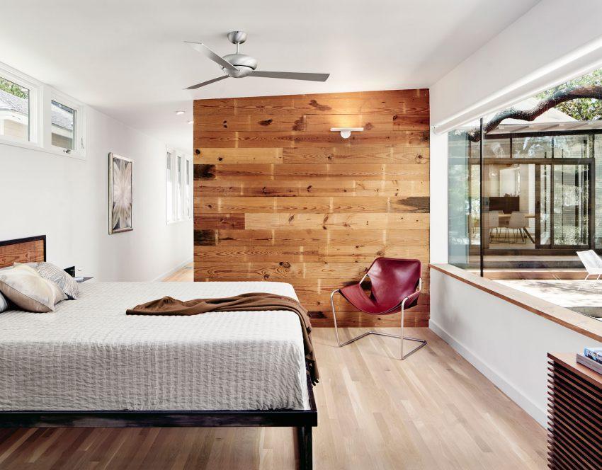El dormitorio principal, mira al jardín por un ventanal horizontal.