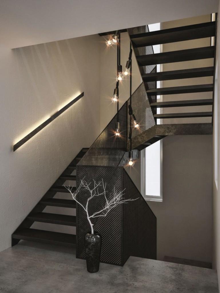 Otra lámpara de bombillas colgantes, ilumina esta sencilla escalera.