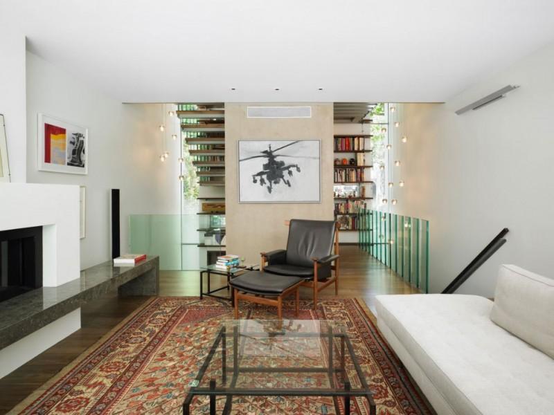 El blanco predominante en toda la vivienda, se matiza con los tonos de las maderas y del cristal.