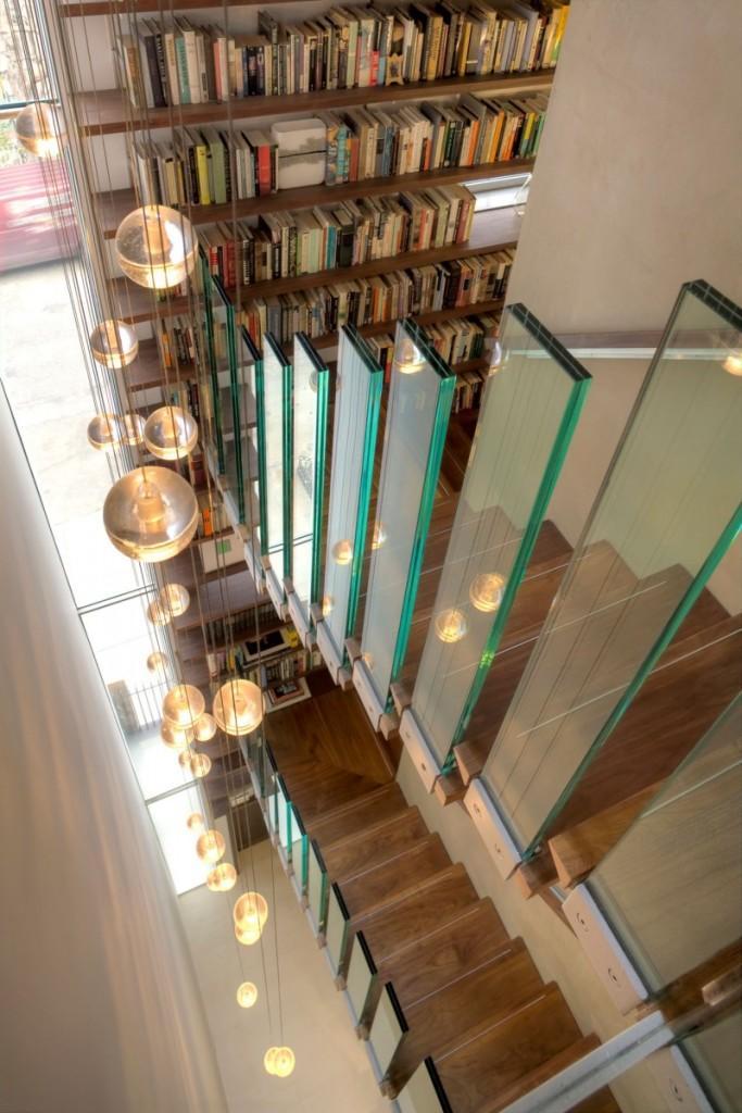 Una impresionante biblioteca, ocupa toda la pared trasera de la fachada principal.