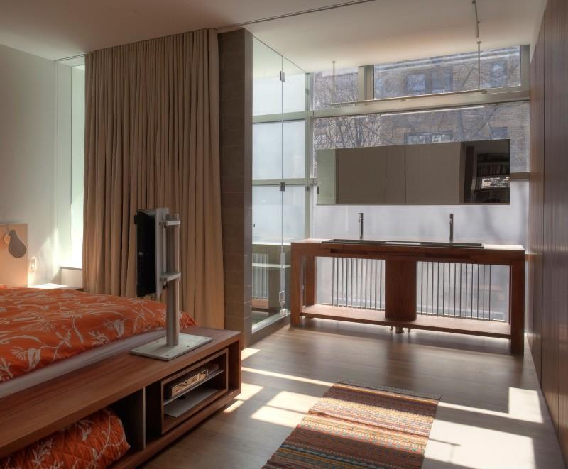 Diseño minimalista en el mobiliario del moderno cuarto de baño con el que cuenta el dormitorio principal.