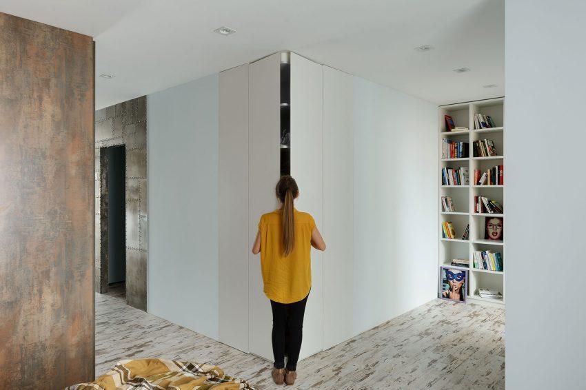 En el dormitorio predomina el color blanco con una pequeña licencia al acero cor-ten.