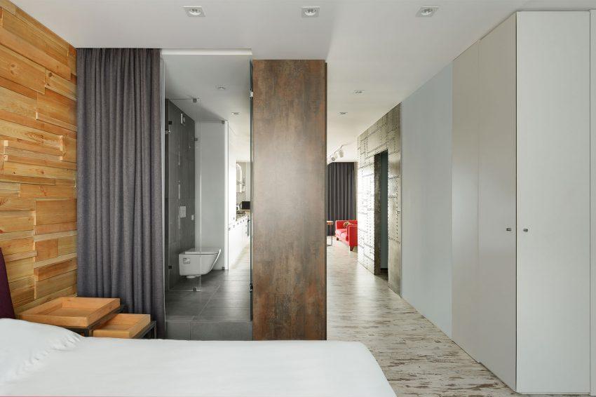 Un cuarto de baño con entradas desde dos distintos puntos de la casa.