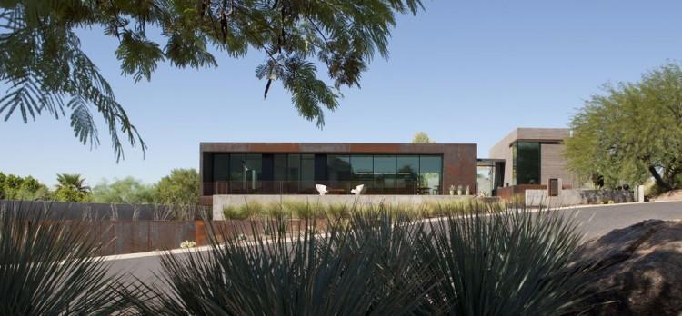 Hormigón y acero cor-ten combinados en las fachadas de esta vivienda.
