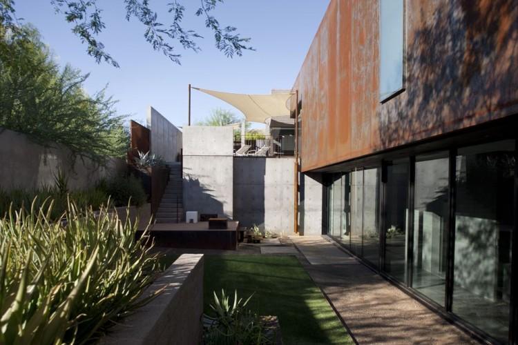 Las zonas sombreadas, se suceden con otras soleadas debido a las formas de esta construcción.