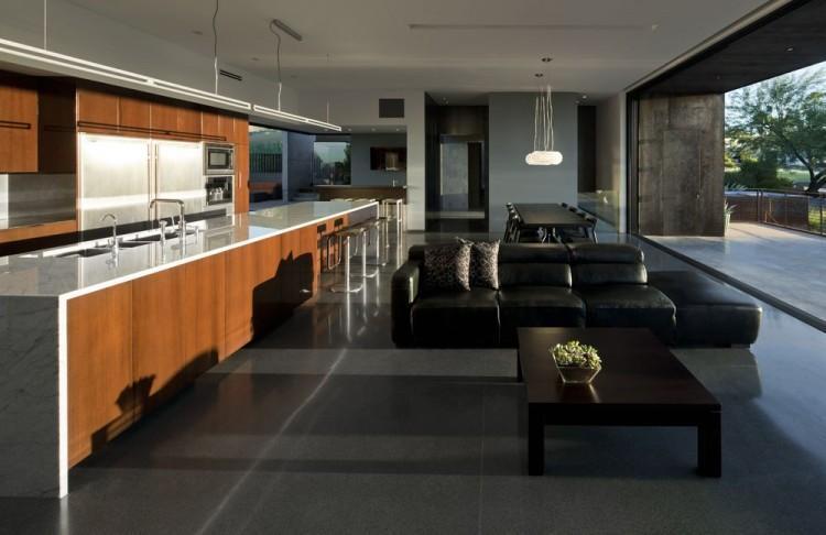 Como una continuación de la imagen exterior, el acero cor-ten forma parte de la decoración interior.