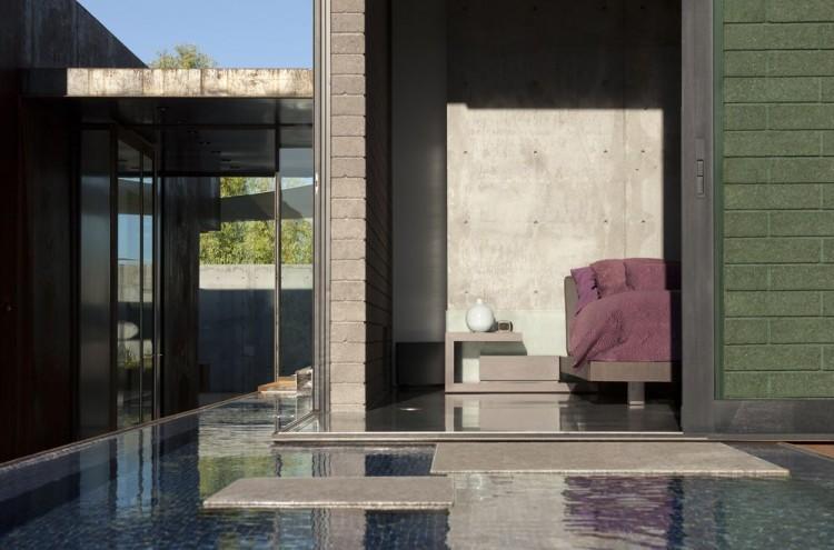 Un estanque koi, es parte de la decoración exterior de esta vivienda.