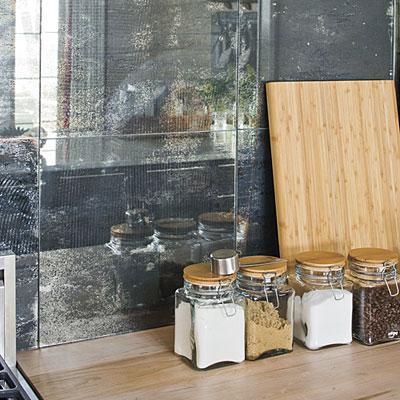 Un frontal cubierto con piezas cuadradas, de antiguos espejos.