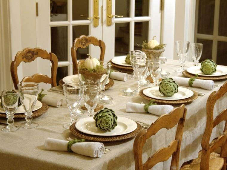 Alcachofas, musgo y calabazas blancas.