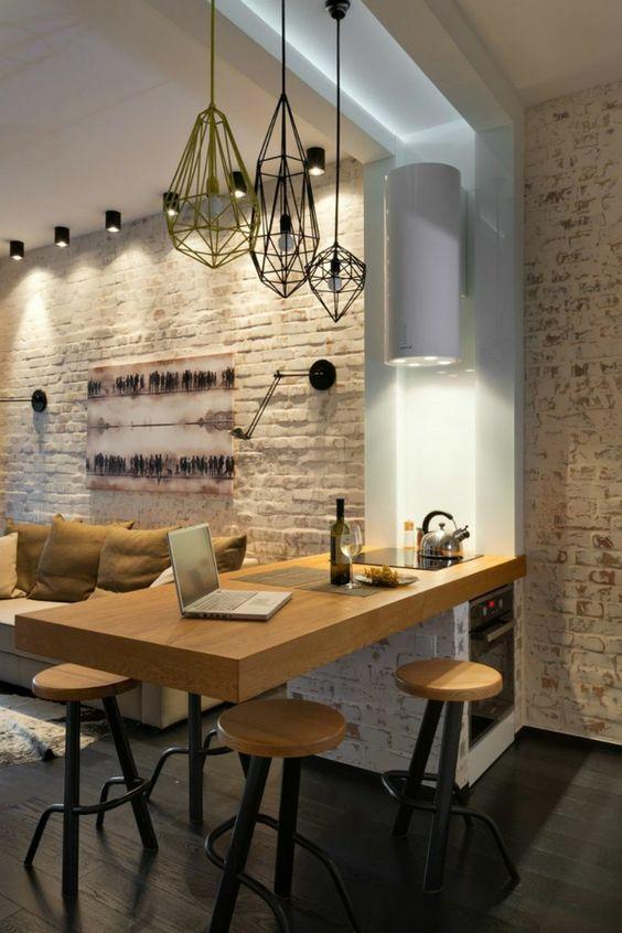 Un espacio acogedor en una moderna cocina.