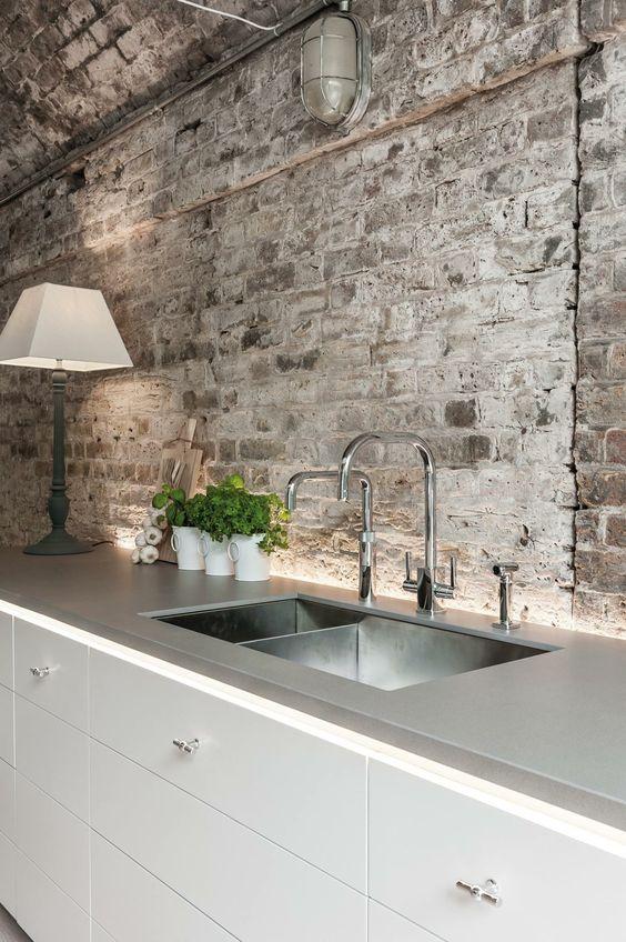 Minimalismo y rusticidad en el diseño de una cocina.