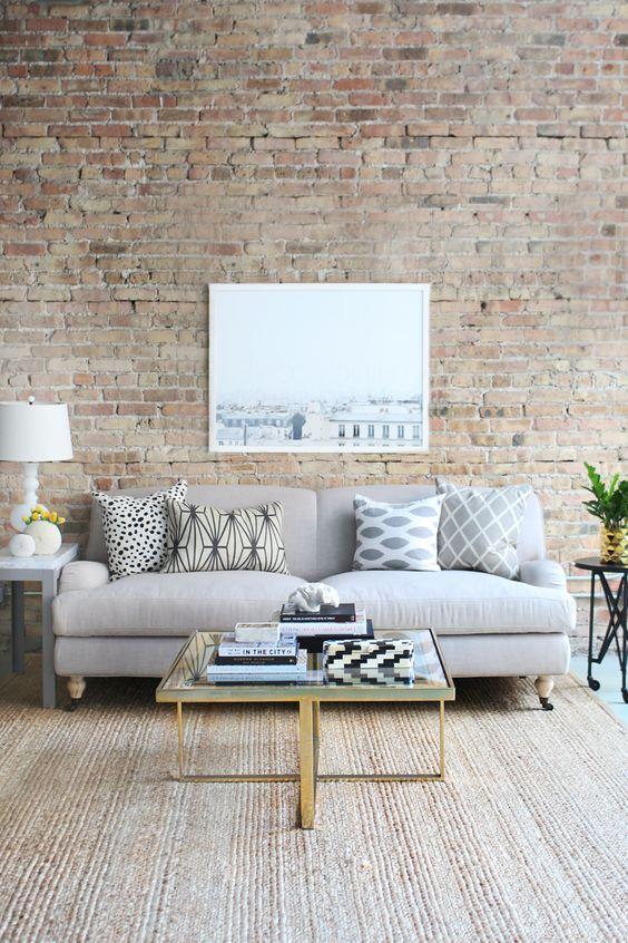 Una acogedora zona de estar, con paredes de ladrillo visto.