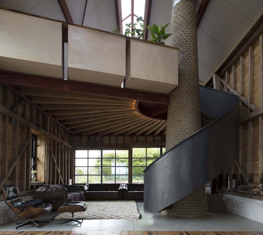 El interior cuenta con una original escalera, instalada en una antigua chimenea.