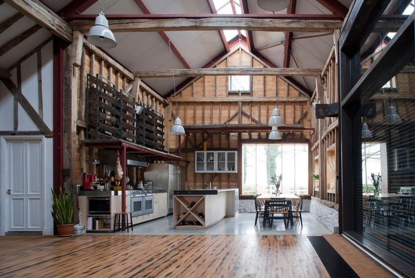 Cocina y comedor, en un amplio espacio con un gran ventanal.