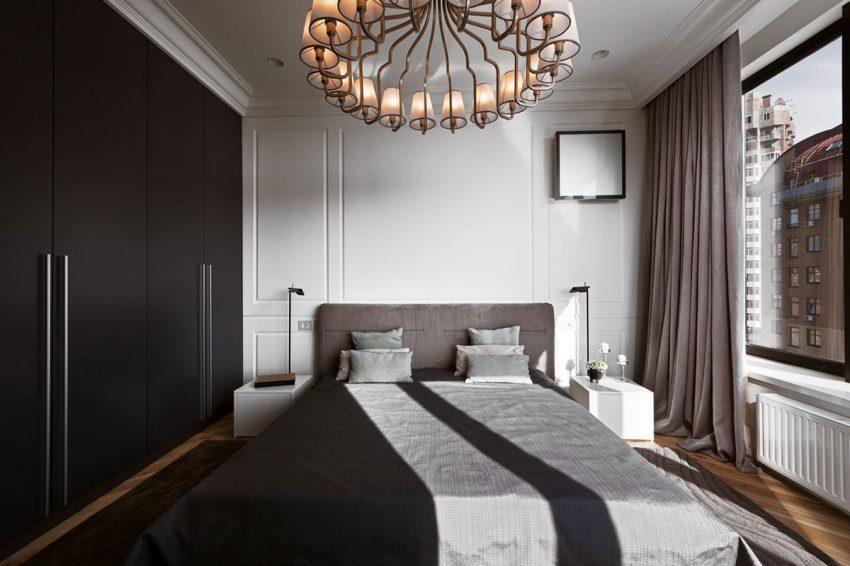 Dos mesillas minimalistas lacadas en color blanco, custodian a cada lado la moderna cama.