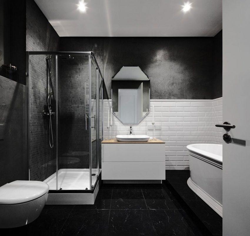 Un fuerte contraste con los colores de toda la vivienda viste también el cuarto de baño.