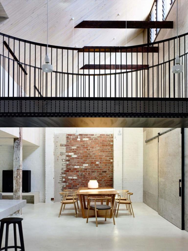 El suelo de cemento pintado de color blanco, unifica toda la zona inferior de esta vivienda.