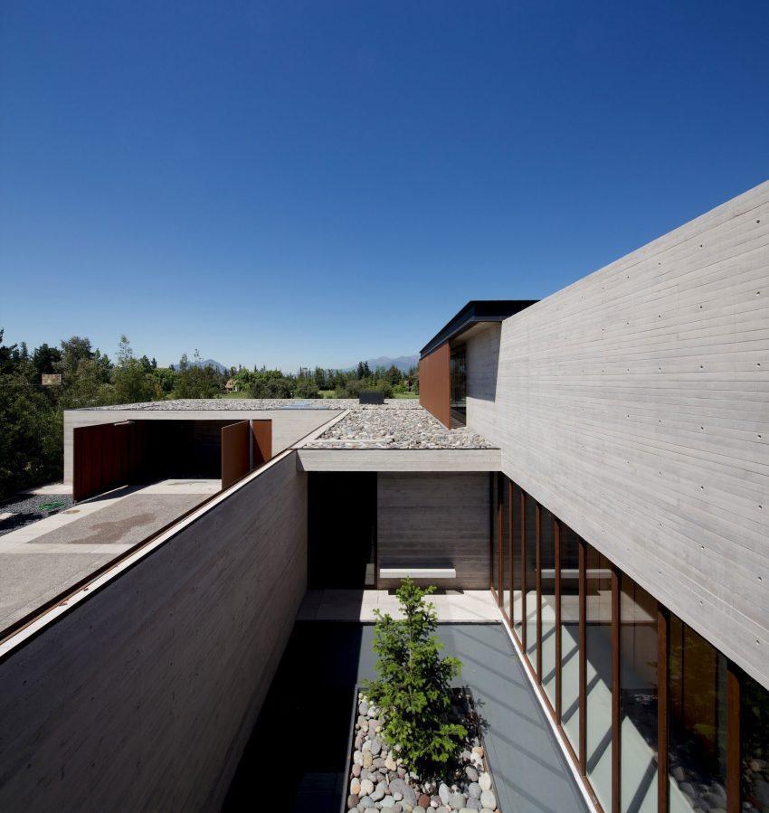En la imagen, uno de los patios interiores con los que cuenta la vivienda.