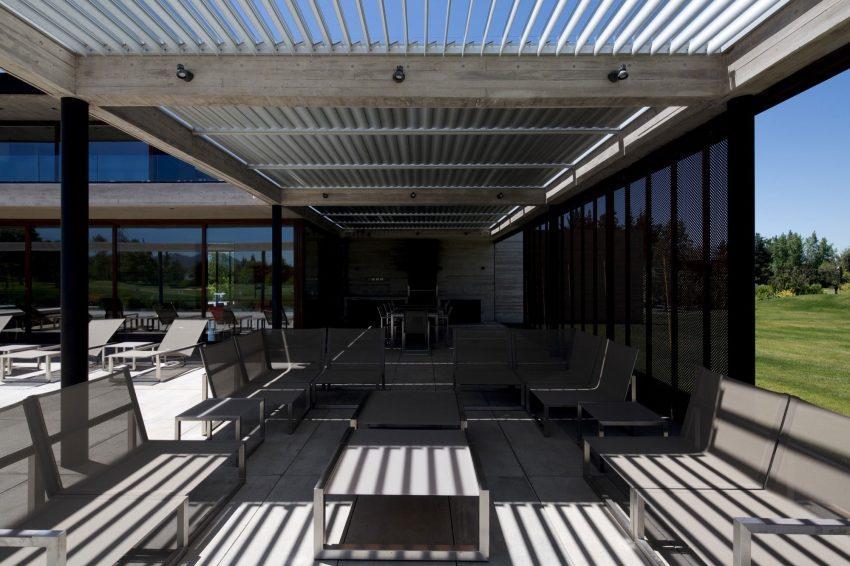 Conjunto de mesas y sofás de exterior de aluminio.