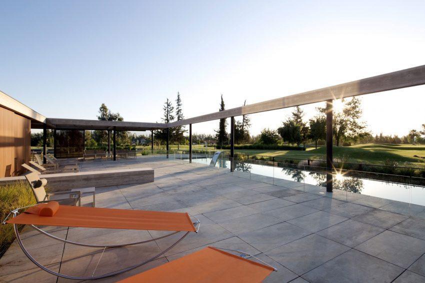 Una espaciosa explanada, junto a la piscina donde se sitúan las modernas tumbonas.