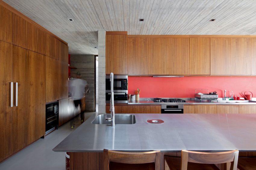 La misma combinación de materiales y tonos que vimos en el salón, se repite en la amplia cocina.