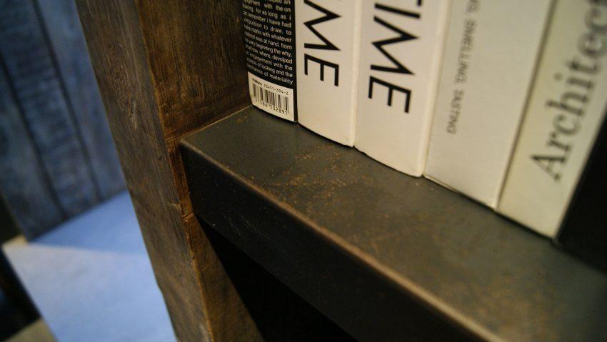 Metal oxidado y madera reciclada en la fabricación de este diseño.
