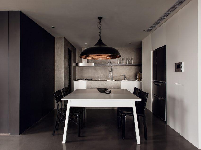La zona de comedor, tiene un fuerte contraste de tonos blancos y negros.