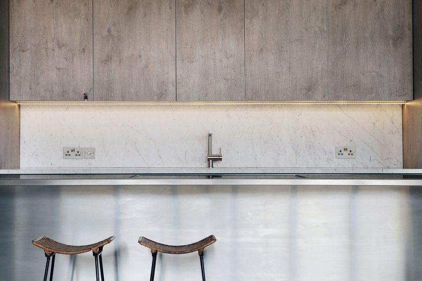 Una imagen de la cocina tomada desde el comedor.