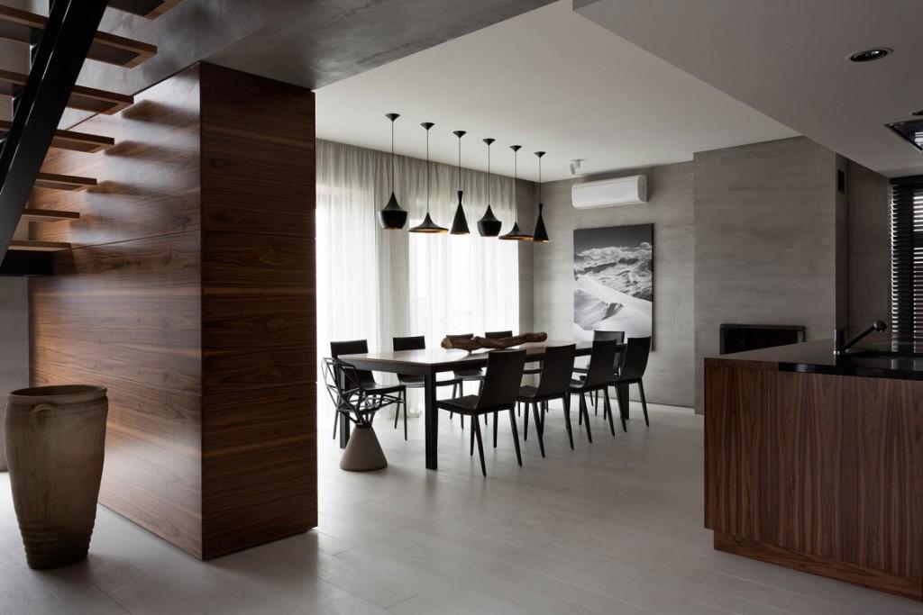 El uso de la madera de nogal americano, es otra seña de identidad de esta casa.