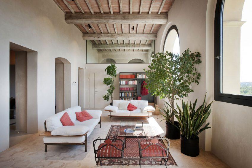 Las gruesas paredes, sustentan un alto techo con artesonado.