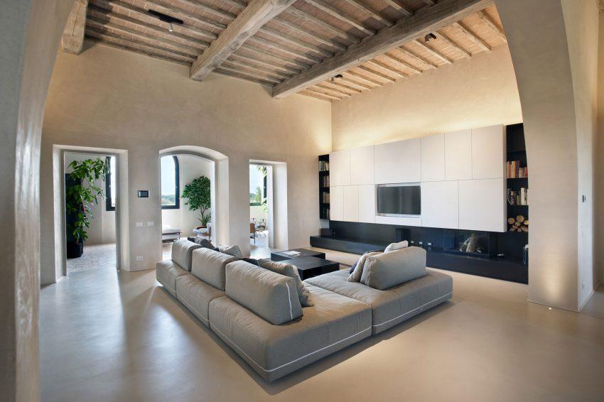 El estilo minimalista del mobiliario, contrasta con el entorno de estilo más palaciego.