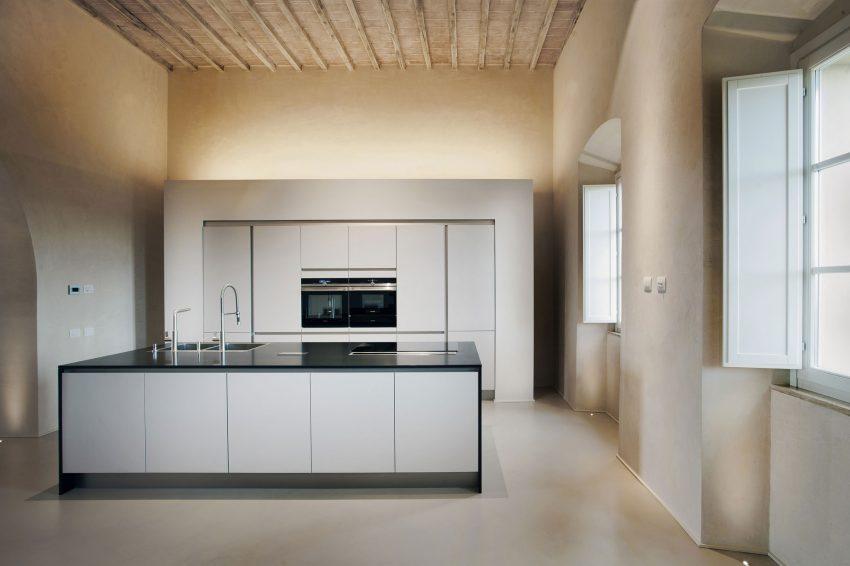 Una cocina de líneas minimalistas, como en el resto de la propiedad.