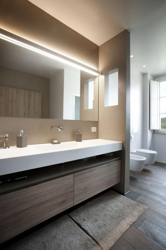 Un cuarto de baño funcional, con el sempiterno toque minimal en la decoración.