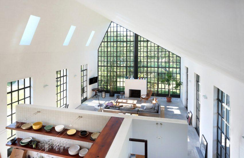 Las ventanas inundan de luz natural toda la estancia y abren el interior al jardín.