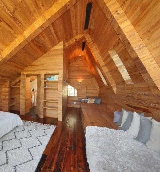 Con el aspecto de una cabaña de montaña, vemos este dormitorio.
