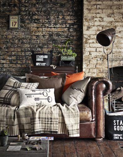 Piel marrón y muebles de madera oscura contrastan con su acabado más rústico.