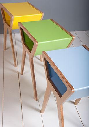 Un diseño que combina madera y laca de colores.