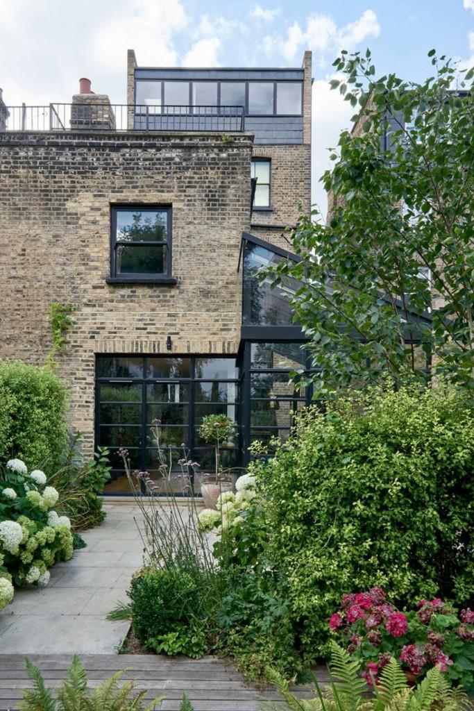 Imagen del exuberante jardín trasero de esta vivienda.