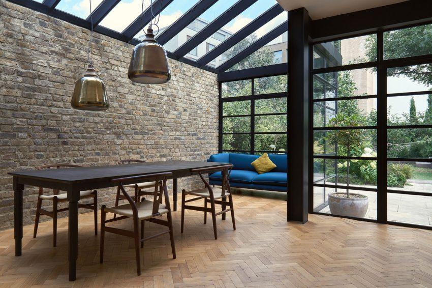 La zona de comedor la componen una sencilla mesa, sillas chinas y un colorista sofá.