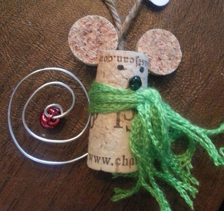 Un divertido ratón con bufanda de lana.