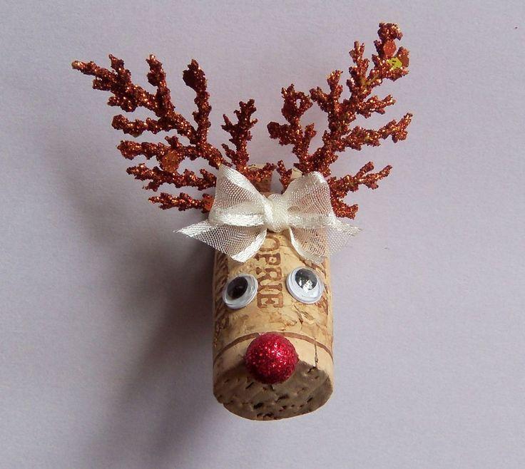 Aquí Rudolf luce unos cuernos de fantasía y un lazo blanco.